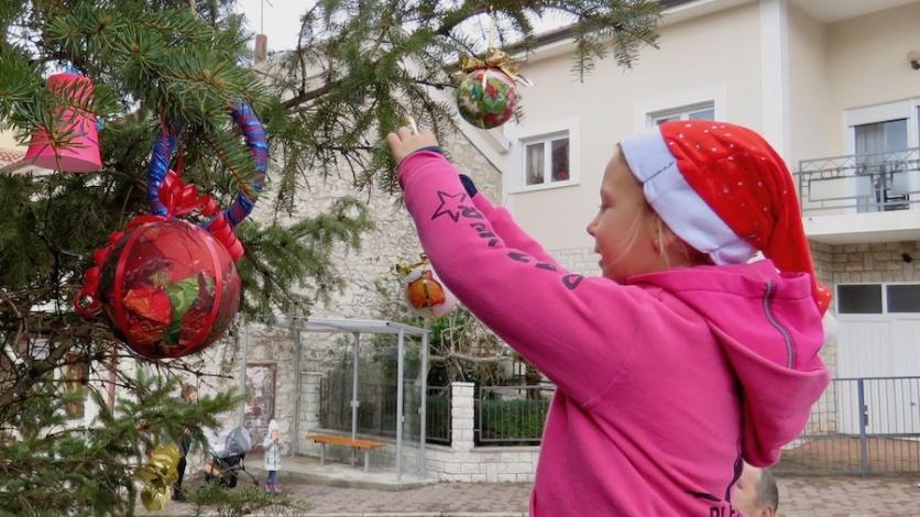Velika kraljevička jelka okićena uoči Božića