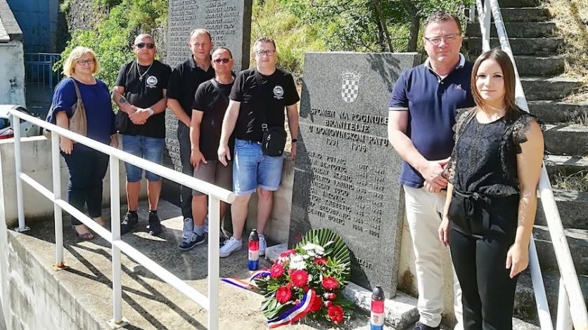 Vijenci i svijeće u spomen na poginule hrvatske branitelje