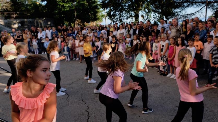 Učitelji prvašiće dočekali pjesmom, a učenici plesom