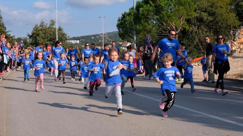 Mališani, roditelji, nonići i none zajedno trčali Kostrenom