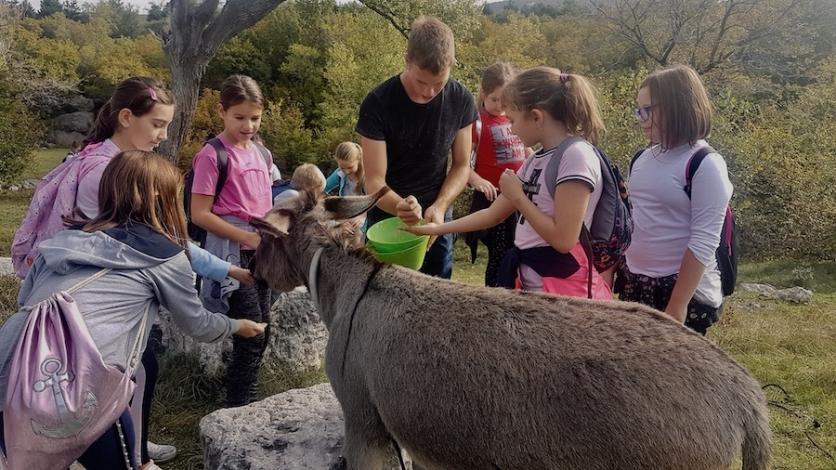 """Bakarski mališani posjetili """"farmu magaraca"""" u Šmriki"""