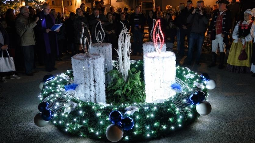 Paljenjem svijeće na velikom vijencu počeo Božić u Bakru