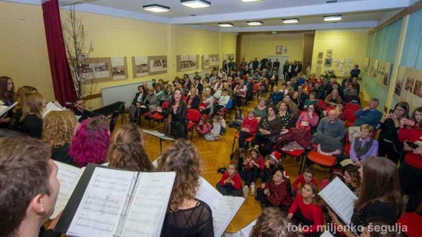 Pjesma uoči Božića odjekivala Domom kulture Praputnjak