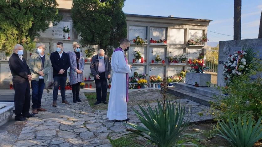 Položeni vijenci i zapaljene svijeće na kastavskom groblju