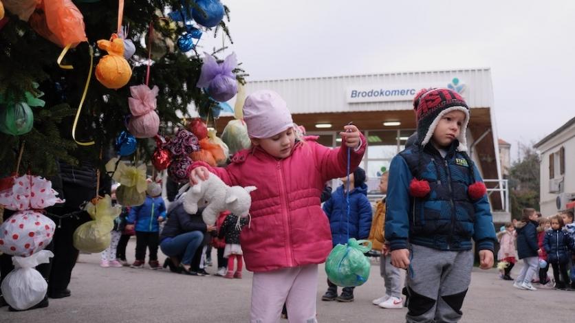 """Najmlađi Kraljevičani okitili veliku jelku i """"spasili"""" Božić"""
