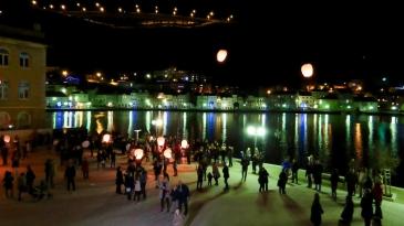 Lampioni u nebo podigli božićne želje Bakrana