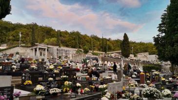 Svi sveti uz vijence i svijeće na groblju koje čeka proširenje