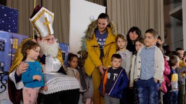 Sv. Nikola djeci na Čavlima donio predstavu i 400 poklona