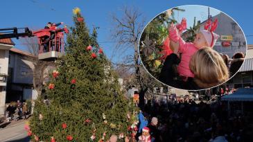 """Kraljevičani okitili veliku božićnu jelku """"sprid marketa"""""""