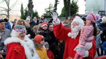 Mališani na Crekvini uz vatromet ispratili Djeda Mraza