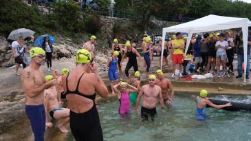 Kišni plivački maraton u Kostreni okupio 80- ak sudionika